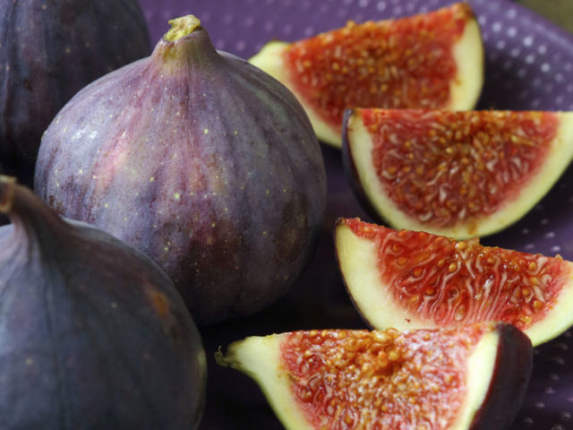 whole fresh figs and slices on plate